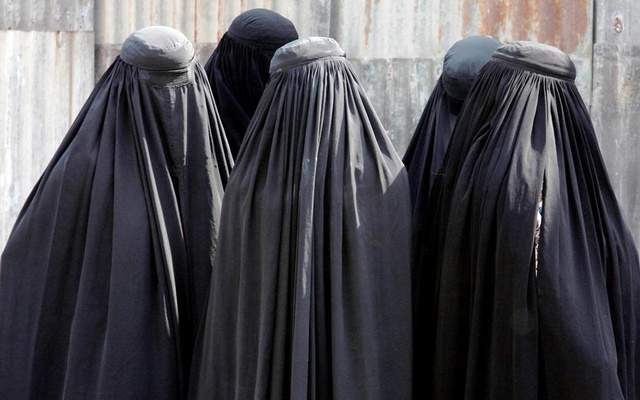 Burqa-clad women arrive to see off their relatives who are leaving Ahmedabad, India for Makkah to attend the Hajj pilgrimage. PHOTO: REUTERS