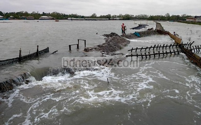 Surging waters broke through an embankment in Satkhira's Shyamnagar as Cyclone Amphan carved a trail of destruction through Bangladesh on Wednesday. Photo: Tomzid Mollick
