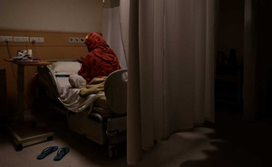 A patient suffering from the coronavirus disease (COVID-19), prays at the emergency ward of Max Smart Super Speciality Hospital in New Delhi, India, May 28, 2020. REUTERS/Danish Siddiqui