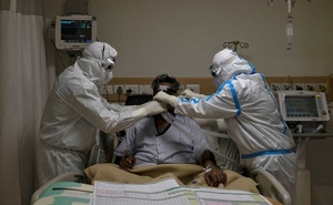 Medical workers wearing personal protective equipment (PPE) take care of a patient suffering from the coronavirus disease (COVID-19), at the Intensive Care Unit (ICU) of the Max Smart Super Speciality Hospital in New Delhi, India, May 28, 2020. REUTERS/Danish Siddiqui