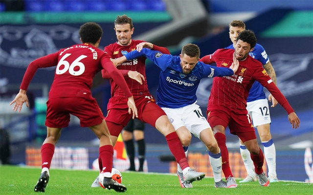 Premier League - Everton v Liverpool - Goodison Park, Liverpool, Britain - June 21, 2020 Everton's Gylfi Sigurdsson in action with Liverpool's Jordan Henderson, as play resumes behind closed doors following the outbreak of the coronavirus disease (COVID-19) Jon Super/Pool via REUTERS
