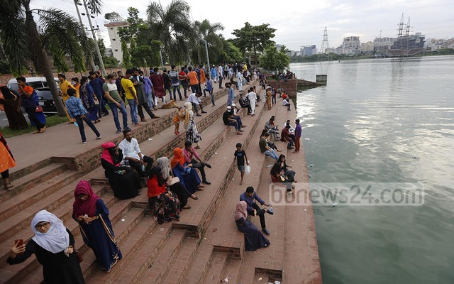 People hang out at Hatirjheel amid the coronavirus epidemic, but most of them are not wearing masks.