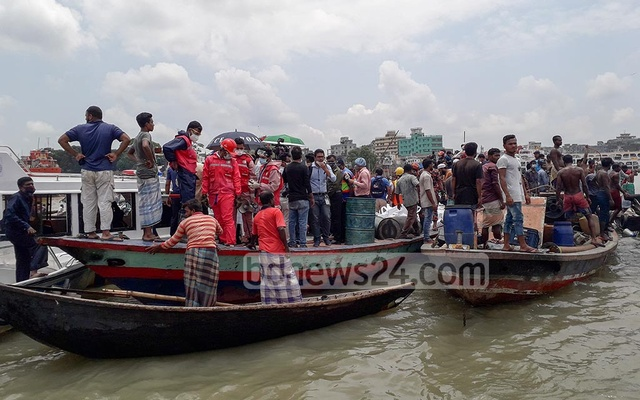 Divers from the fire service together with Navy and Coast Guard personnel conducted a rescue operation after a launch sank on the Buriganga River following a collision with another vessel near Dhaka's Shyambazar on Monday. Photo: Mahmud Zaman Ovi