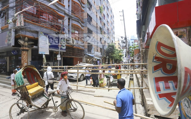 The authorities made announcements through loudspeakers in Dhaka's Wari on Friday seeking the residents' cooperation to enforce a lockdown to curb the spread of the novel coronavirus. Photo: Asif Mahmud Ove