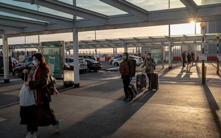 Travellers walk through Heathrow airport in London, March 16, 2020. Britain had imposed a mandatory quarantine on travellers arriving in the country by air to try to avert a new wave of coronavirus infections. (Andrew Testa/The New York Times)
