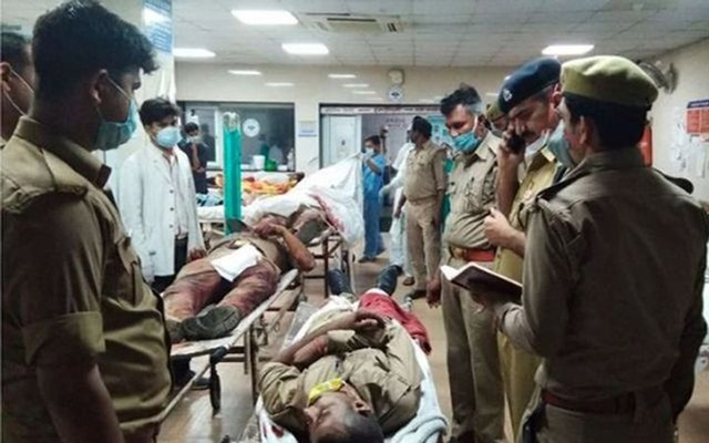 Police officers speak to the injured policemen. Police officers in Kanpur were attacked by Vikas Dubey's gang when they were raided on Friday. HINDUSTAN TIMES