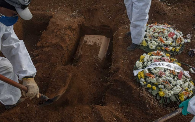 Gravediggers at a cemetery in Sao Paulo work to bury coronavirus victims, June 11, 2020. Even with more than 500,000 dead worldwide, scientists are struggling to learn how often the virus kills. (Victor Moriyama/The New York Times)