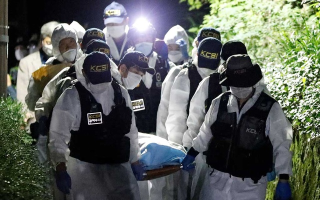 Police officers carry the body of Seoul Mayor Park Won-soon, which was found during a search operation in Seoul, South Korea, Jul 10, 2020. REUTERS