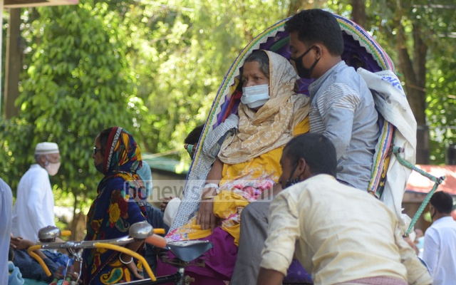 Jotsnya Begum from Chakoria, suffering from breathing problem and chest pain, arrives at Chattogram Medical College Hospital's emergency department after undergoing tests at a private hospital. Photo: Suman Babu