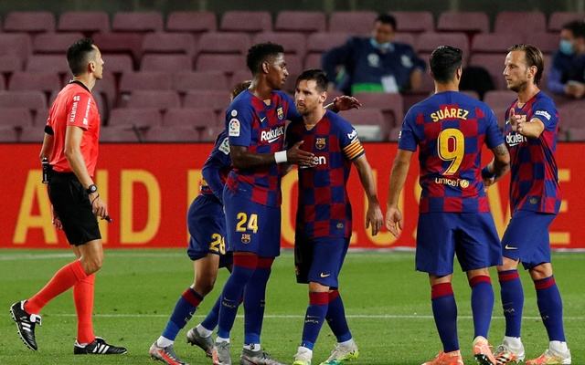 Football - La Liga Santander - FC Barcelona v Osasuna - Camp Nou, Barcelona, Spain - July 16, 2020 Barcelona's Lionel Messi celebrates scoring their first goal with teammates, as play resumes behind closed doors following the outbreak of the coronavirus disease (COVID-19). Reuters