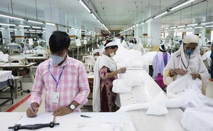 Bangladeshi garment workers make protective suit at a factory amid concerns over the spread of the coronavirus disease (COVID-19) in Dhaka, Bangladesh, March 31, 2020. Reuters