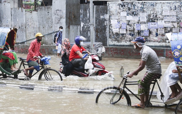 Waterlogging on Green Road spelled trouble for the people taking the street in Dhaka following heavy rains on Tuesday. Photo: Asif Mahmud Ove