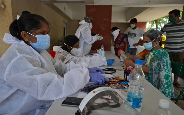 Health workers wearing protective gears record details of the residents during a check-up campaign for the coronavirus disease (COVID-19) in Mumbai, India, July 22, 2020. REUTERS