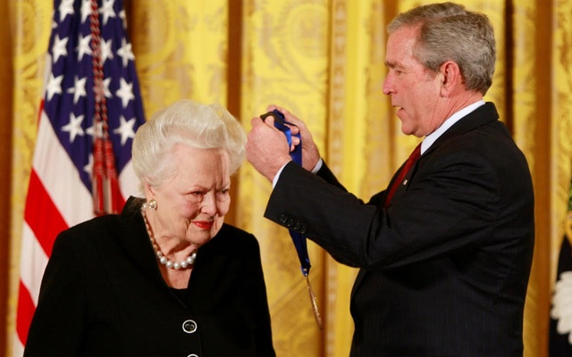 US President George W. Bush presents veteran actress Olivia de Havilland with a National Medal of Arts during a ceremony at the White House in Washington in Washington, US November 17, 2008. Reuters
