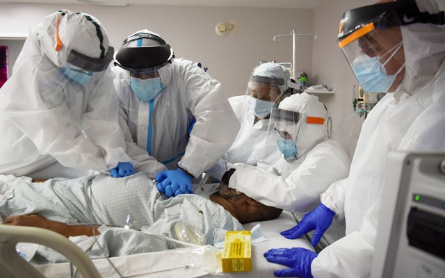 Dr. Joseph Varon, 58, the chief medical officer at United Memorial Medical Center (UMMC), and a team of healthcare workers perform CPR on a COVID-19 patient at UMMC, during the coronavirus disease (COVID-19) outbreak, in Houston, Texas, US, July 17, 2020. Reuters