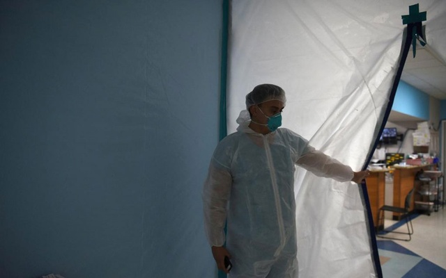 A medical worker opens a makeshift door to the United Memorial Medical Center's coronavirus disease (Covid-19) intensive care unit in Houston, Texas, US on June 29, 2020 — Reuters/Files