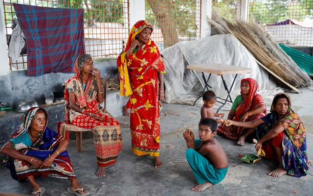 Flood-affected women are seen inside a temporary shelter as their houses have been flooded in Jamalpur. A food storage project funded by the World Bank aims to help Bangladesh address food insecurity in frequent climate-induced disasters. REUTERS