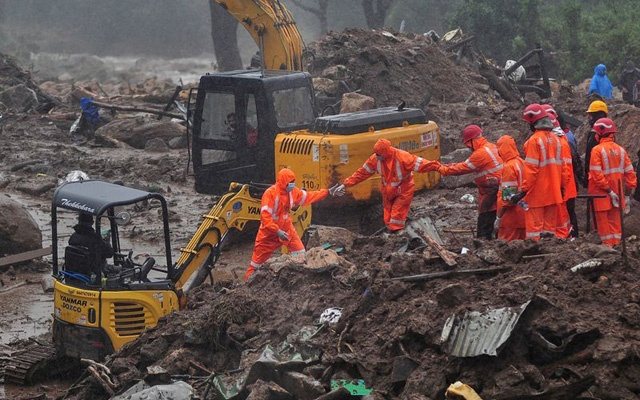 Rescue workers look for survivors at the site of a landslide during heavy rains in Idukki, Kerala, India, August 9, 2020. REUTERS