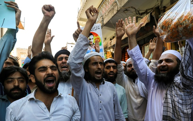 People chant slogans in favour of a man who, according to the Pakistani police, is suspected of killing US national Tahir Ahmed Naseem during a proceeding at a judicial complex, in a protest rally demanding his release, in Peshawar, Pakistan Aug 5, 2020. REUTERS