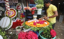A florist in Dhaka's Shahbagh making a wreath for an organisation to pay respect to Bangabandhu Sheikh Mujibur Rahman on Aug 15 National Mourning Day. Photo: Asif Mahmud Ove