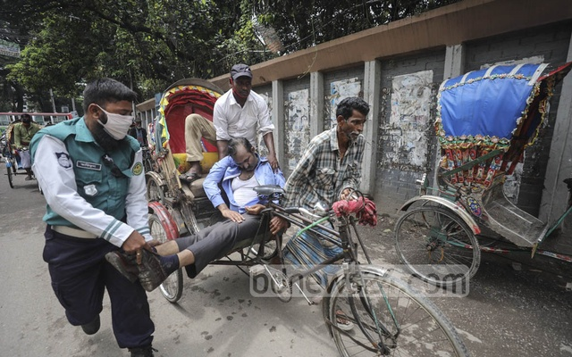 SM Waliul Islam, a sub-assistant engineer of the Public Works Department, suddenly collapsed on Topkhana Road in Dhaka on Tuesday, Aug 18, 2020, but no one came to his aid fearing coronavirus infection. Finally, traffic policeman Ariful took Waliul to the hospital with the help of a rickshaw-puller and another person, but the doctors declared him dead. Photo: Asif Mahmud Ove