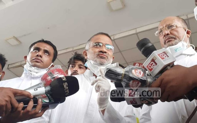 bdnews24.com's Editor-in-Chief Toufique Imrose Khalidi speaks to reporters in Dhaka on Wednesday after securing an eight-week anticipatory bail in a case filed by the Anti-Corruption Commission.