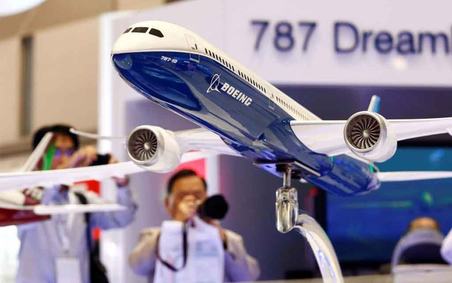 Visitors take pictures of a model of Boeing's 787 Dreamliner during Japan Aerospace 2016 air show in Tokyo, Japan, October 12, 2016. Reuters