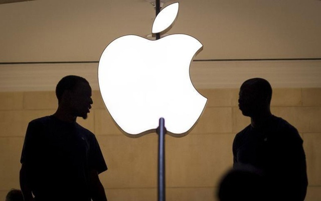 Customers stand beneath an Apple logo at the Apple store in Grand Central station in New York City, July 21, 2015. REUTERS/Mike Segar