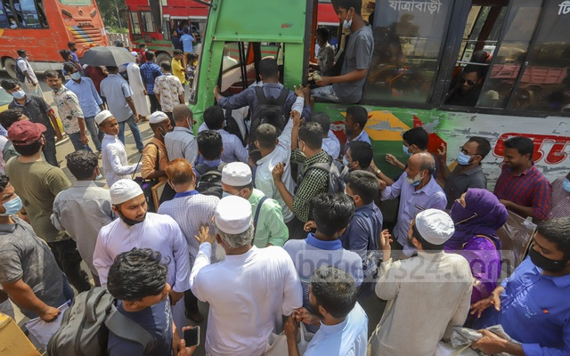 Commuters scramble to get on buses on the Dhaka-Mymensingh Highway outside Shahjalal International Airport on Sep 2, 2020. Photo: Asif Mahmud Ove