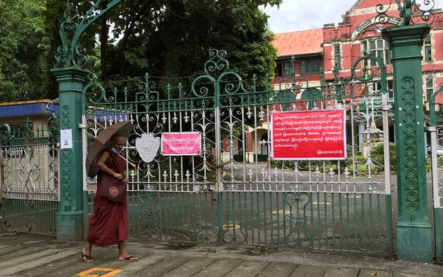A Buddhist monk walks past a closed school amid the outbreak of the coronavirus disease (COVID-19), in Yangon August 27, 2020. Photo: Reuters