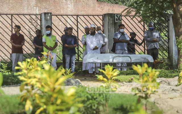 Relatives attend the Namaz-e-Janaza of a person who died from COVID-19 at Rayerbazar Graveyard in Dhaka. Photo: Asif Mahmud Ove