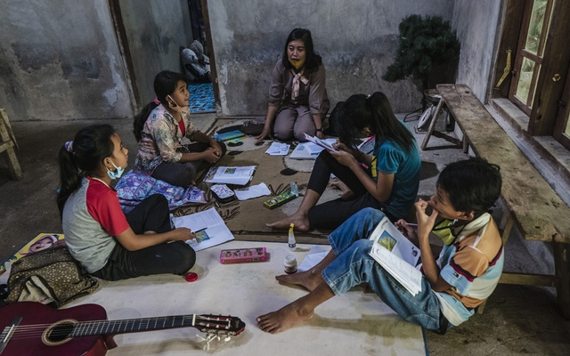 Vincentia Orisa Ratih Prastiwir, a teacher, makes a home visit to students who have poor cellular service and cannot learn online, Magelang, Indonesia, Aug 4, 2020. The New York Times