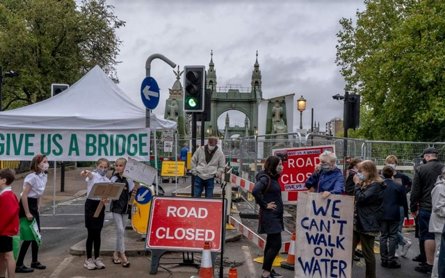 A protest against the closing of Hammersmith Bridge in London on Sept 3, 2020. The New York Times
