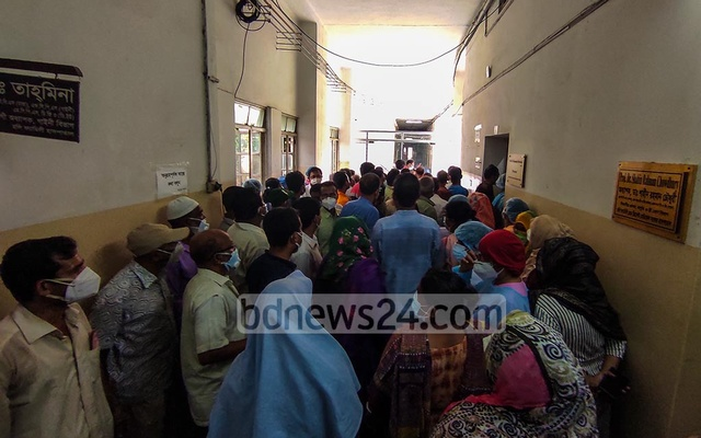 Physicians and staff of Holy Family Red Crescent Medical College Hospital in Dhaka besiege the office of its director Dr Md Morshed, demanding back pay, Sept 9, 2020. Photo: Mahmud Zaman Ovi