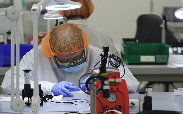 A worker assembles parts of a COVID-19 test kit made by Visby Medical at the kit maker's lab in San Jose, California, US, Aug 28, 2020. REUTERS/FILE