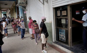 People wait in line to enter a currency exchange office in Havana, Cuba, September 9, 2020. Picture taken September 9, 2020. REUTERS