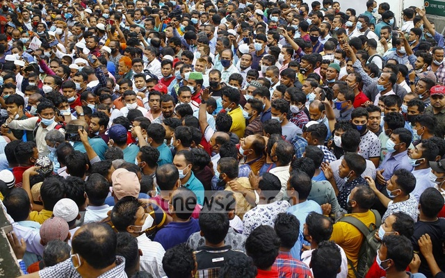 Thousands of Bangladeshi migrants who work in Saudi Arabia demonstrated for air tickets outside the office of Saudia at Pan Pacific Sonargaon Hotel in Dhaka on Tuesday. They demanded that the government help them return to their country of employment in time. Photo: Mahmud Zaman Ovi