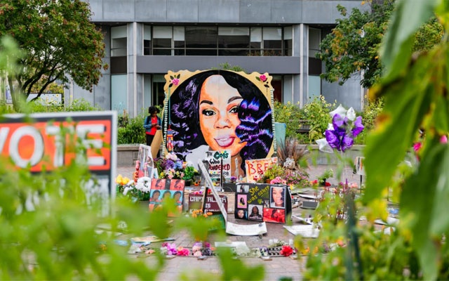A memorial in Louisville, Ky., Sept. 23, 2020, with a portrait of Breonna Taylor, who was shot and killed by Louisville police on March 13, 2020, when they rammed in the door of her apartment after midnight to execute a search warrant. (Xavier Burrell/The New York Times)