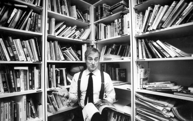 Harold Evans at work as president and publisher of Random House in New York on Oct. 30, 1990. Evans, the crusading British newspaperman who was forced out as editor of The Times of London by Rupert Murdoch in 1982 and reinvented himself in the United States as a publisher, author and literary luminary, died on Wednesday night, Sept.23, 2020 in New York City. He was 92. (Jack Manning/The New York Times)