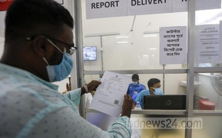 A Bangladeshi expatriate from the US receives his COVID-19 test report at the centre for overseas air passengers in Dhaka's DNCC Market on Sep 26, 2020 a day after giving the sample. Photo: Mahmud Zaman Ovi