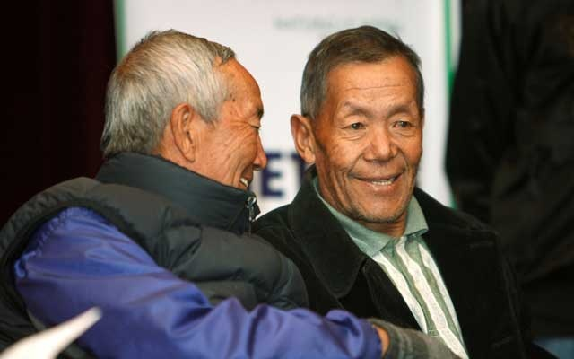 Ang Rita Sherpa (R), who climbed Mount Everest 10 times without the use of supplemental oxygen, talks to Min Bahadur Sherchan, the oldest person to scale Mount Everest, at a news conference in Kathmandu Nov 29, 2009. REUTERS/FILE