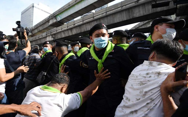 Pro-democracy protesters push police officers as they gather demanding the government to resign and to release detained leaders in Bangkok, Thailand Oct 15, 2020. REUTERS