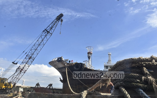 A nationwide strike by the water transport workers on Oct 20, 2020 over different demands put a halt on loading and unloading of goods at lighterage ships in Chattogram's Majhirghat. Photo: Suman Babu