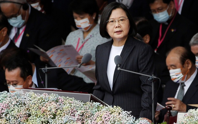 Taiwan President Tsai Ing-wen delivers a speech during National Day celebrations in front of the Presidential Building in Taipei, Taiwan, October 10, 2020. REUTERS/