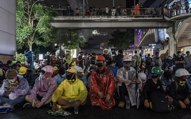 Anti-government protesters gather where they expect police lines to advance near a rally at the Victory Monument in Bangkok, Oct. 18, 2020. (Adam Dean/The New York Times