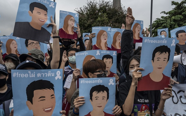 Anti-government protesters hold up posters of recently-detained protest leaders in Bangkok, Oct. 18, 2020. (Adam Dean/The New York Times