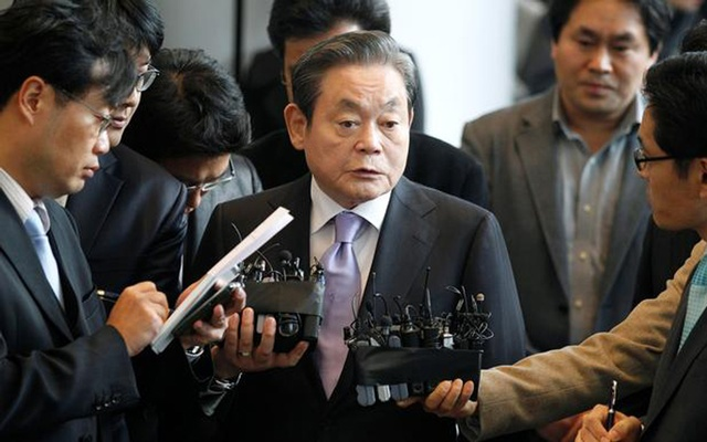 FILE PHOTO: Samsung Electronics chairman Lee Kun-hee (C) answers reporters' questions upon his arrival at the company's headquarters in Seoul December 1, 2010. REUTERS/Lee Jae-Won