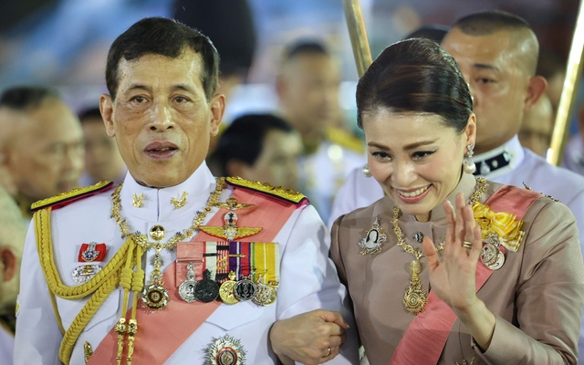 Thailand's King Maha Vajiralongkorn and Queen Suthida greet their royalists as they leave a religious ceremony to commemorate the death of King Chulalongkorn, known as King Rama V, at The Grand Palace in Bangkok, Thailand October 23, 2020. REUTERS