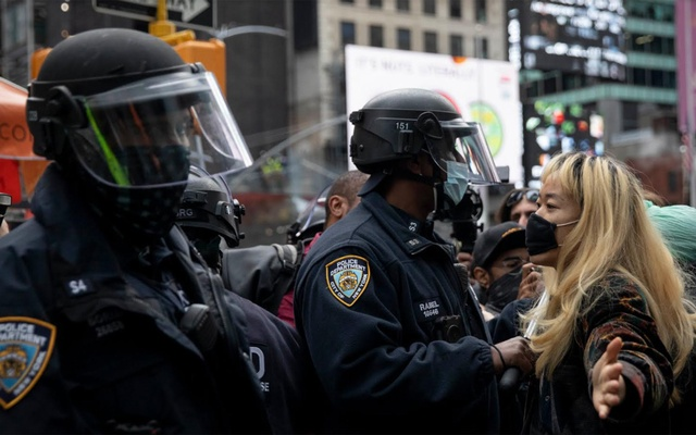 According to the police, the pro-Trump caravan passed through Times Square, where it converged with a group of anti-Trump protesters who had marched from Brooklyn. Photo: The New York Times