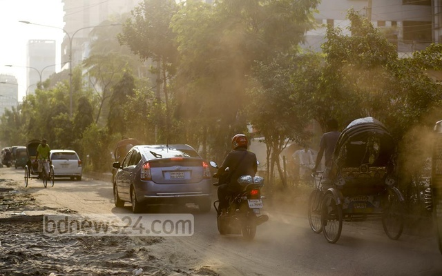 A thick layer of dust covers the air of Road No. 27 in Dhaka's Dhanmondi as sewerage repair work drags on. Photo: Mahmud Zaman Ovi